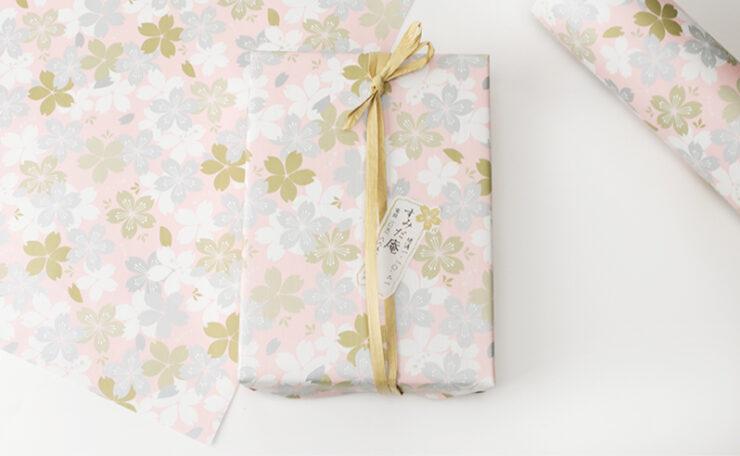 洋紙に特色印刷とエンボス加工を施した桜柄の包...